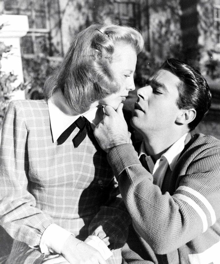 """C'est sous l'objectif du photographe Loomis DEAN que le """"couple"""" June ALLYSON et Peter LAWFORD posent en Décembre 1947 lors du tournage du film """"Good news"""" (Vive l'amour) de Charles WALTERS."""
