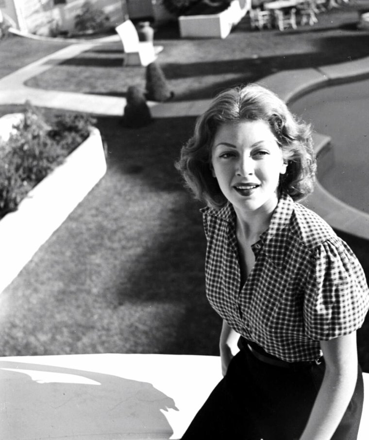 Lana TURNER posant à Hollywood pour Peter STACKPOLE en 1939.