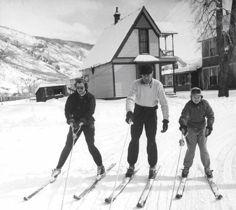 Gary COOPER en vacances en famille à la station de ski d'Aspen photographié par Peter STACKPOLE en Février 1949.