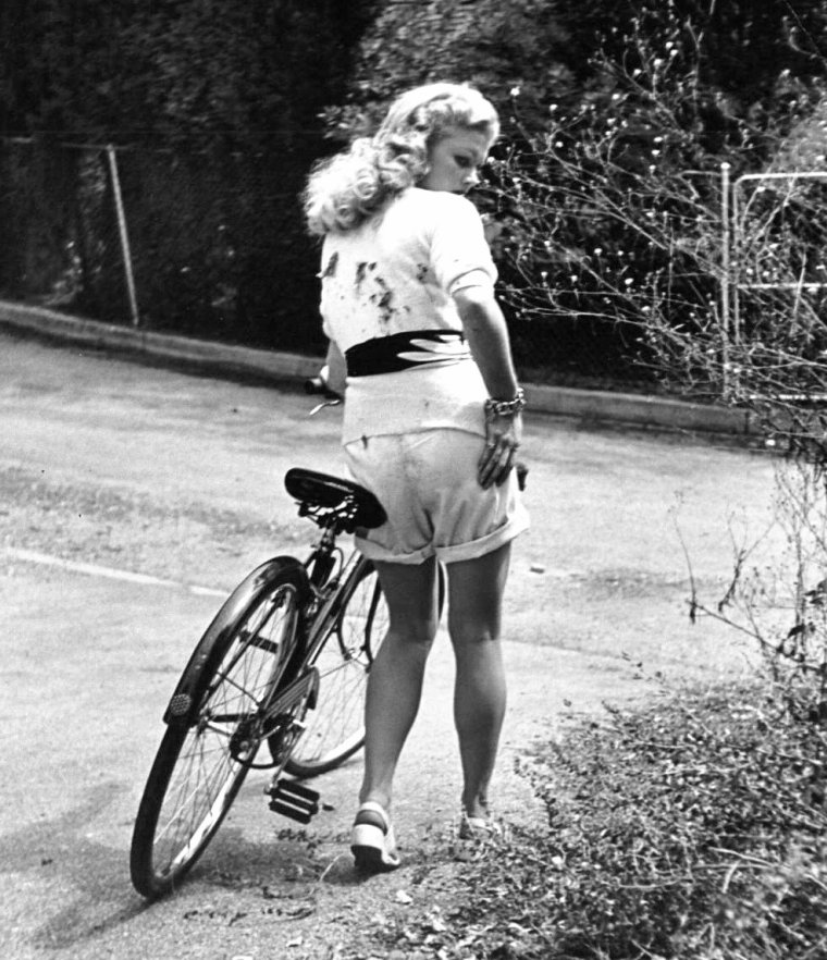 Ballade à vélo du côté de Jones-Beach en 1943 pour Joan CAULFIELD photographiée par Nina LEEN.