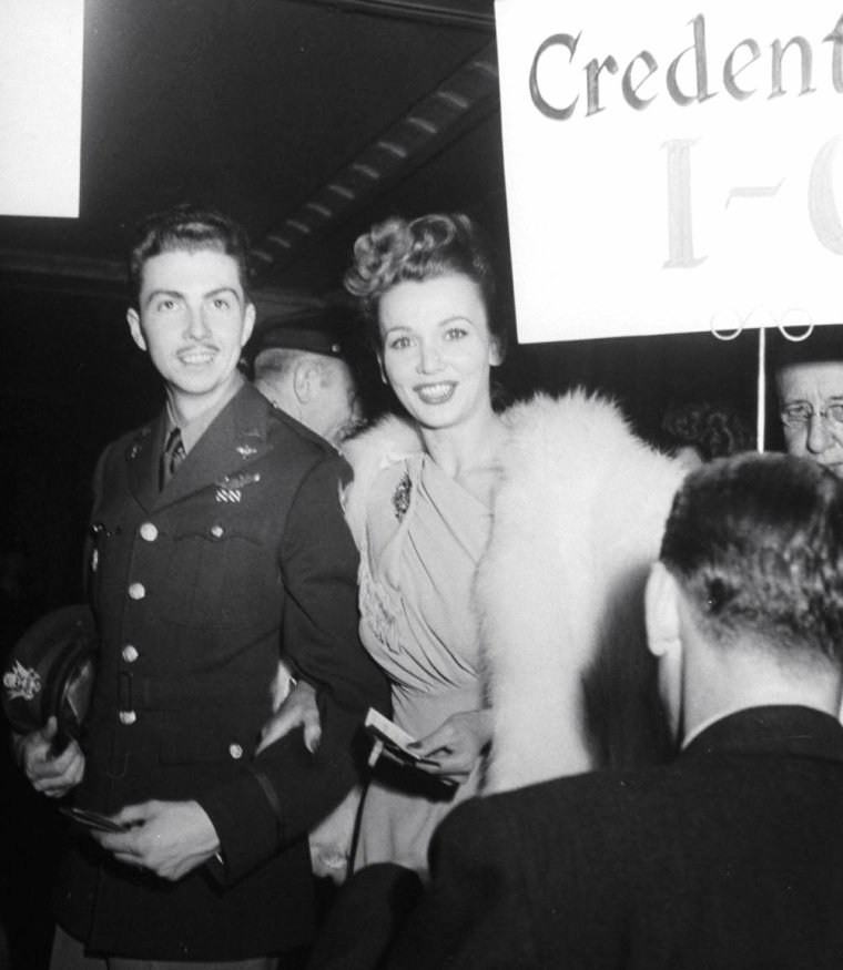 Quand le tout Hollywood se déplace pour assister à la fête donnée en l'honneur de Madame Chiang KAI-SHEK : de haut en bas : Carole LANDIS et le Major Gus DAYMOND / Greer GARSON et James CAGNEY / John HUSTON et Edward G ROBINSON / Joan BENNETT et son mari Walter WANGER /  Major Gus DAYMOND, Carole LANDIS et George MURPHY / Joseph COTTEN, Madame Alfred HITCHCOCK, Ingrid BERGMAN et Danny O'SHEA / James CAGNEY et sa femme, Kenneth THOMPSON et Joan BLONDELL / Madame William GOËTS, Bob HOPE, Margaret SULLAVAN et Sam GOLDWYN. Ses photos sont de John FLOREA, Los-Angeles.