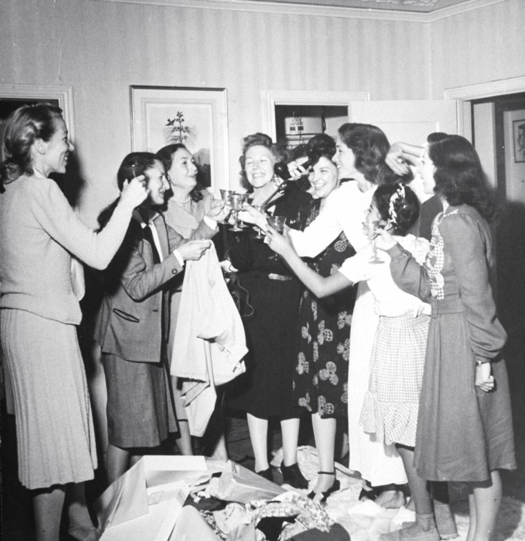 Quand Jinx FALKENBURG organise une petite fête entre amies, elle est dans tous ses états, sous l'oeil du photographe Peter STACKPOLE en 1945.