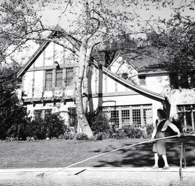 Greer GARSON se détend dans sa propriété de Bel-Air en Avril 1943 sous l'objectif de Peter STACKPOLE.