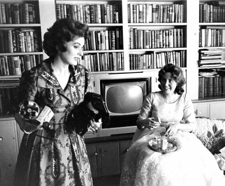 Maureen O'HARA aidant sa fille à se préparer qui s'apprête à recevoir un diplôme en 1961 sous l'objectif de J.R. EYERMAN.