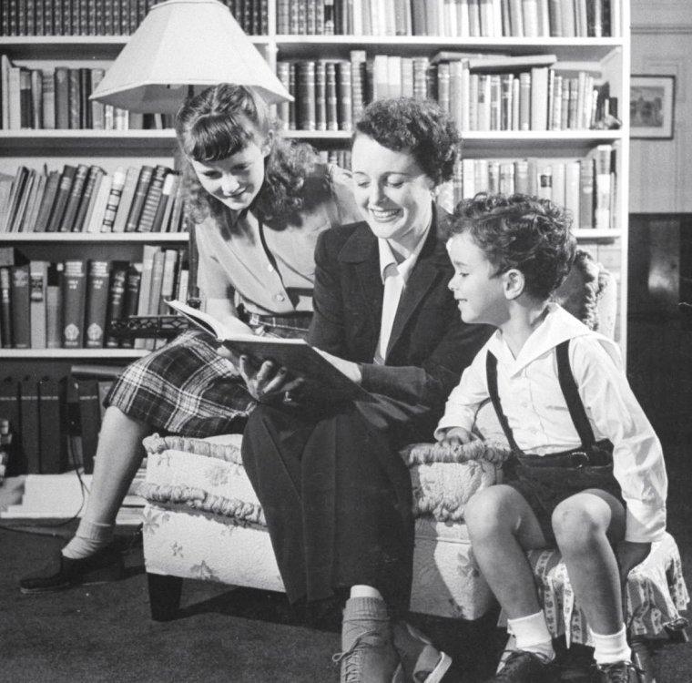 En 1944, Marie HANSEN photographie plusieurs stars et leurs enfants. (de haut en bas) Joan BLONDELL / Jane WYMAN / Joan BENNETT / Géraldine FITZGERALD / Penny SINGLETON / Mary ASTOR / Constance BENNETT.