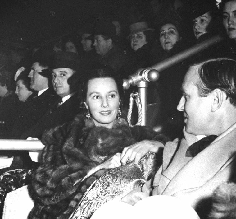Gene AUTRY et Elizabeth WHITNEY en 1940 sous l'oeil de Thomas D McAVOY.
