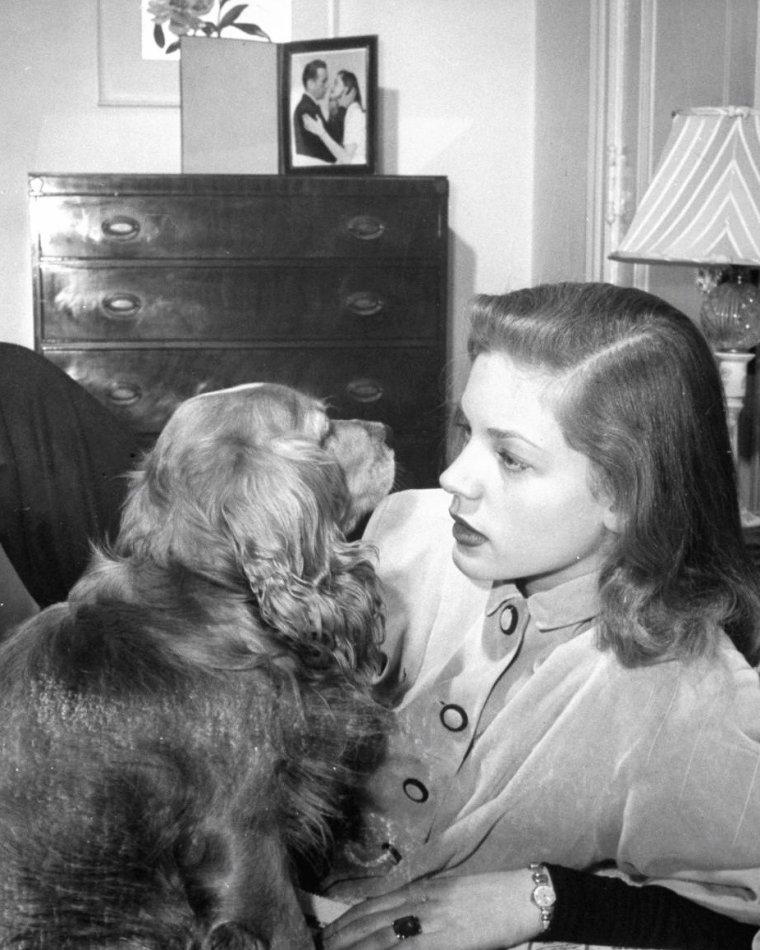 """Mai 1945, Lauren BACALL dans sa suite à l'hôtel """"Gotham"""" à New-York, photographiée par Nina LEEN."""