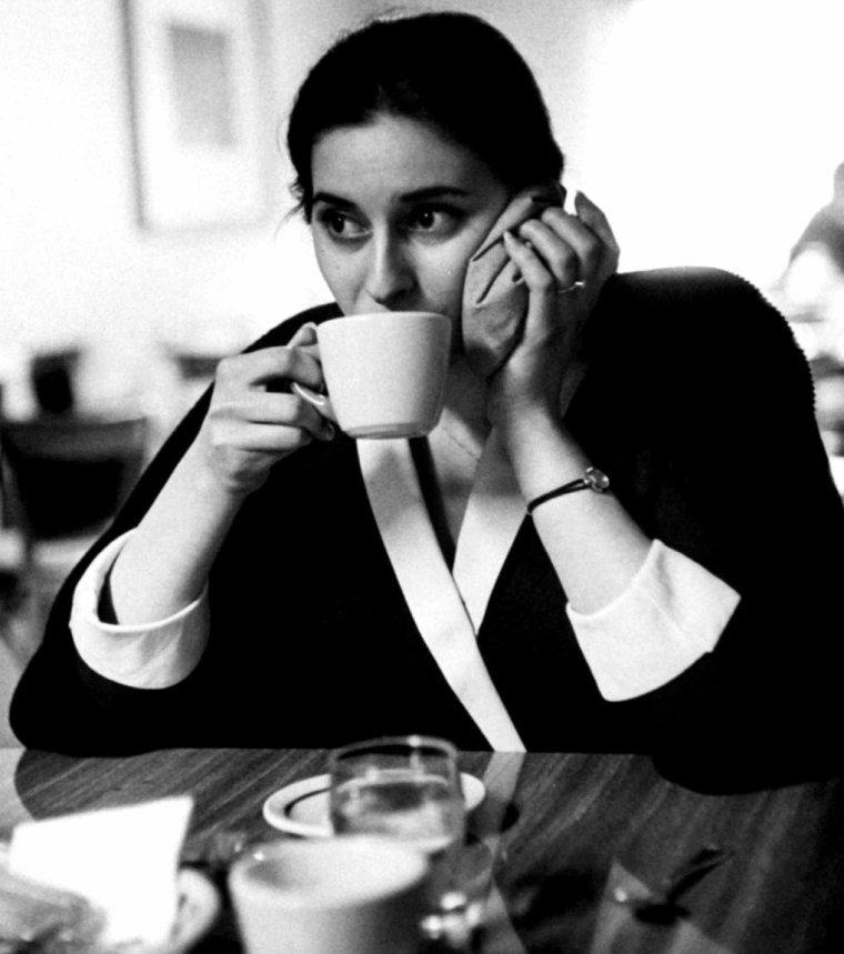 """Répétition d'une scène pour Ina BALIN aux côtés du réalisateur Martin RITT dans le film """"The black orchid"""" (L'orchidée noire) en 1958. Le film a pour vedettes principales, Sophia LOREN et Anthony QUINN. Les photos sont d'Allan GRANT."""
