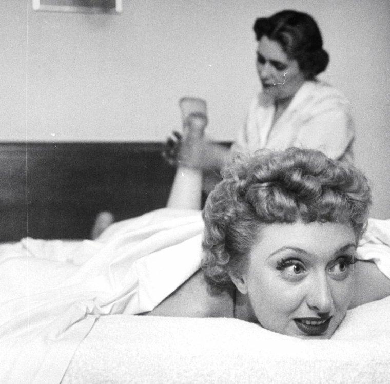 1951. Après sa performance de chant dans un night-club sur New-York, Celeste HOLM se détend en se faisant masser... Alfred EISENSTAEDT la photographie.