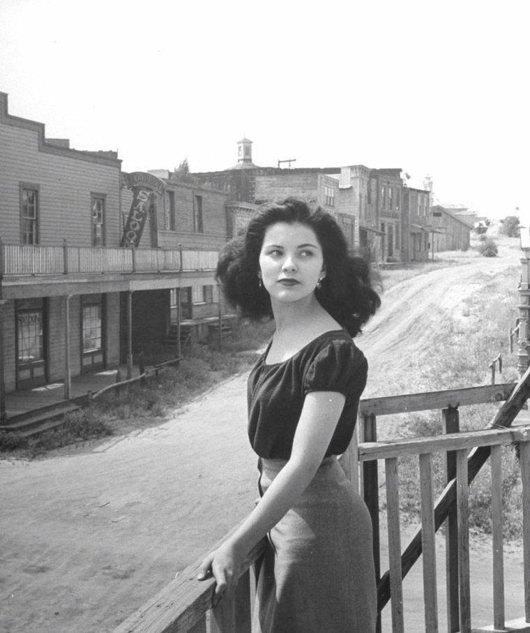 Debra PAGET en ballade vue par Peter STACKPOLE en Mai 1949.