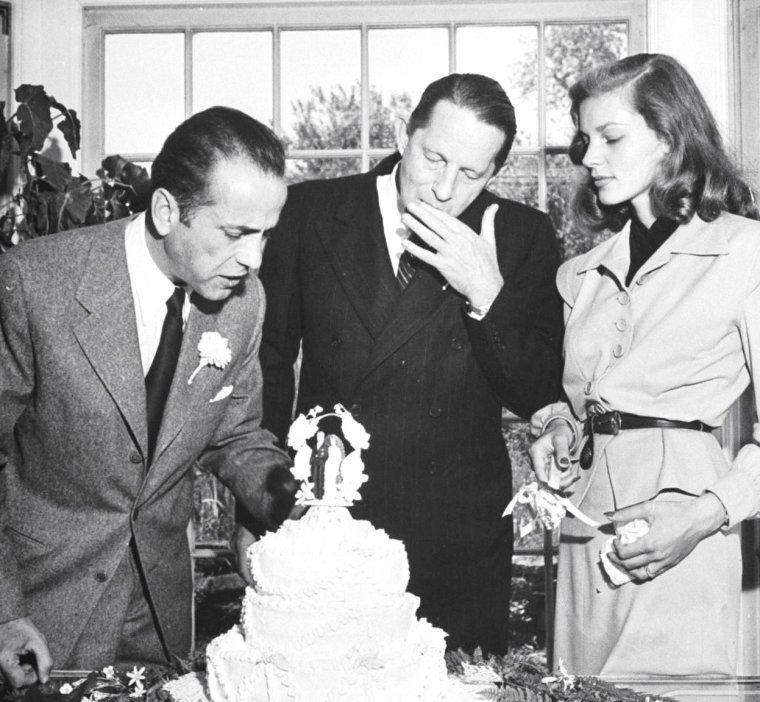 Le 21 Mai 1945, Humphrey BOGART et Lauren BACALL se rendent dans la maison de Louis BROMFIELD à Mansfield, OHIO, afin d'y célèbrer leur mariage, sous l'oeil attentif du photographe Ed CLARK.