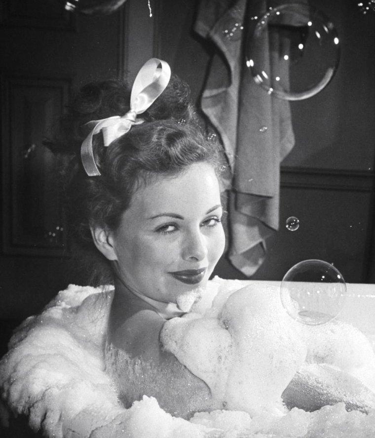 """Jeanne CRAIN dans son bain, sous les bulles, en vue de son rôle dans le film """"Margie"""" d'Henry KING. Les photos sont de Peter STACKPOLE."""