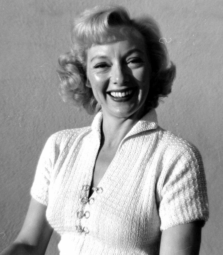 2 Février 1950, Evelyn KEYES est photographiée par Allan GRANT.