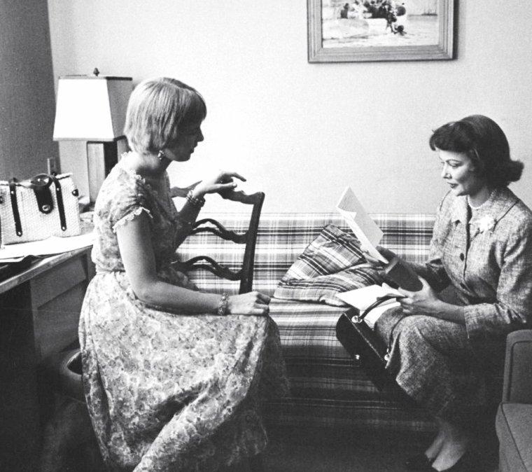 Gene TIERNEY en visite dans les studios de la Paramount en Septembre 1958 sous l'oeil d'Allan GRANT ; elle rencontrera alors la jeune Joanne WOODWARD et le metteur en scène George CUKOR.