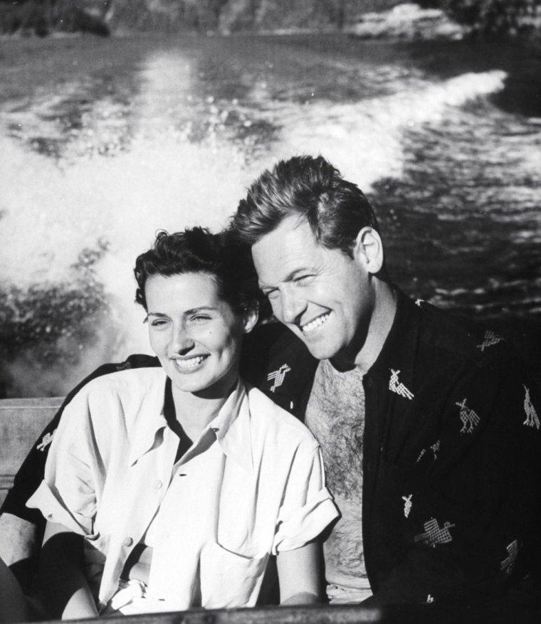 Brenda MARSHALL et son mari William HOLDEN en vacances au Canada en Juillet 1949 photographiés par Allan GRANT.