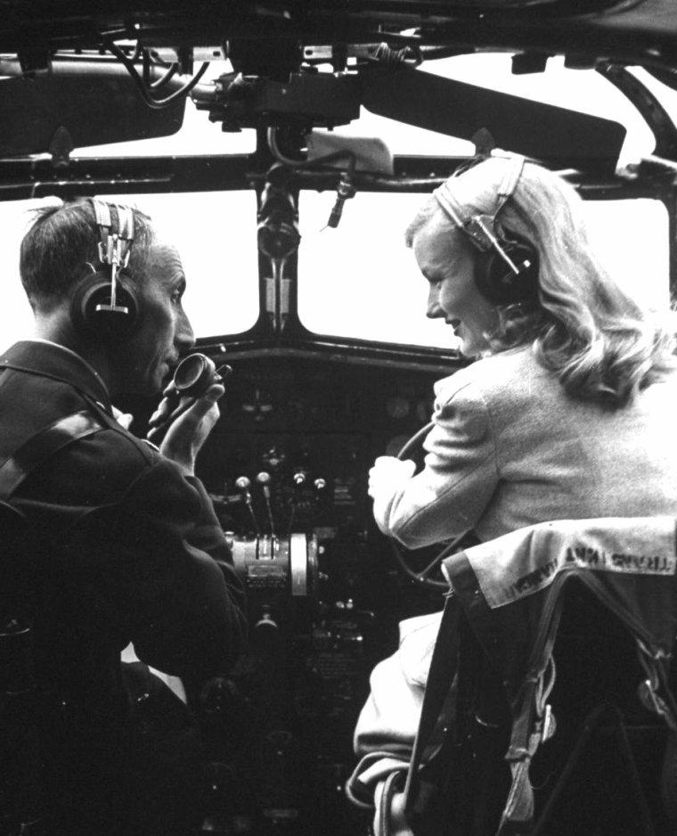 Veronica LAKE en 1941 visitant une base militaire sous l'objectif de Peter STACKPOLE.