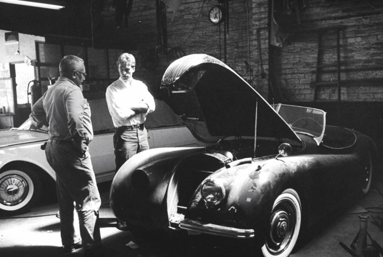 Sean FLYNN (fils à Errol FLYNN), à Hollywood en Mai 1961 sous l'oeil d'Allan GRANT.