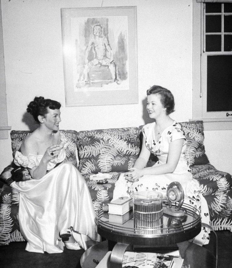 Kathryn GRAYSON et Shirley TEMPLE discutant sous l'oeil de Loomis DEAN en 1949.