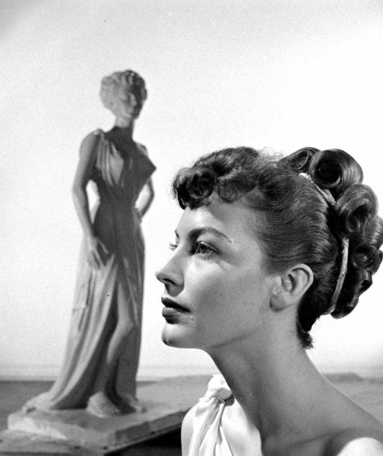 """Ava GARDNER pose pour des photos publicitaires pour le film """"One touch of Venus"""" (Un caprice de Venus) de William A SEITER en Mars 1948. Photos signées J R EYERMAN."""