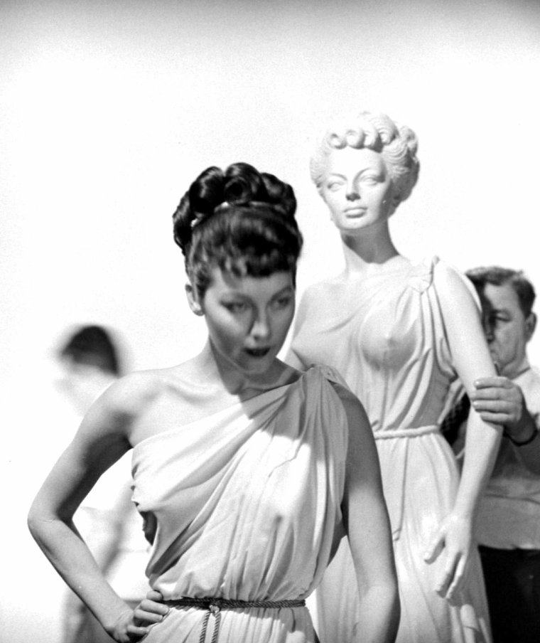 "Ava GARDNER pose pour des photos publicitaires pour le film ""One touch of Venus"" (Un caprice de Venus) de William A SEITER en Mars 1948. Photos signées J R EYERMAN."