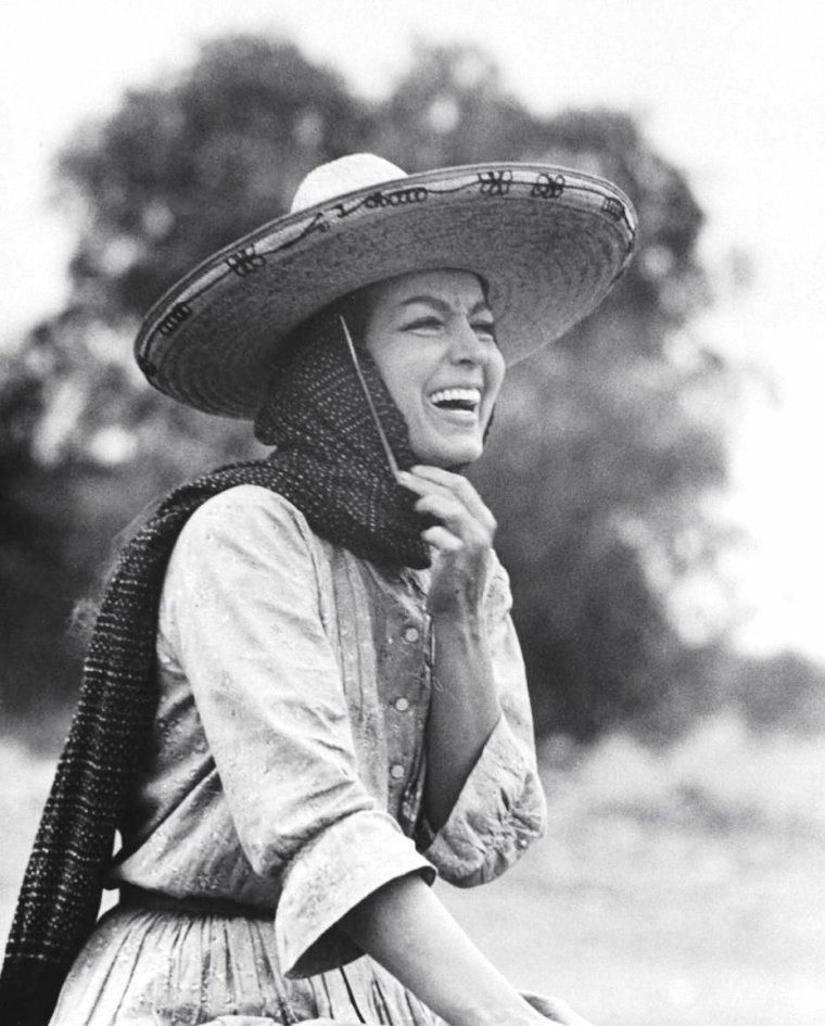 """Maria FELIX chez elle avec son mari Alex BERGER à Mexico ou lors du tournage du film """"Juana Gallo"""" de Miguel ZACARIAS en Juin 1960, photos signées Allan GRANT."""