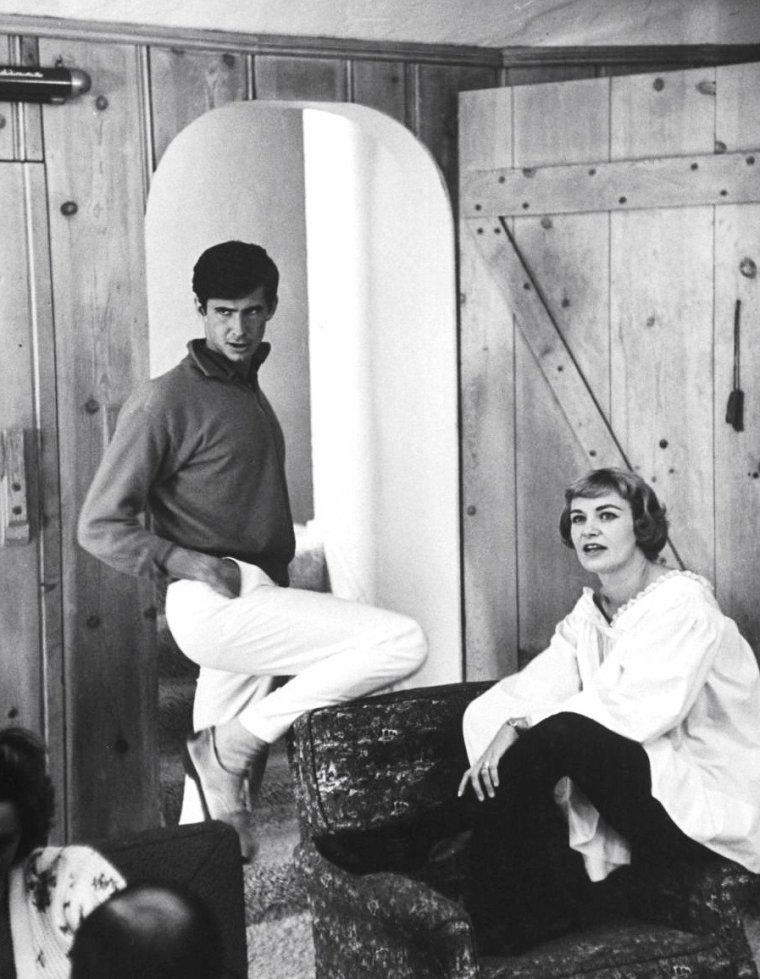 Paul NEWMAN et sa femme Joanne WOODWARD ont pour invité le jeune Anthony PERKINS chez eux à New-York en Novembre 1958 sous l'objectif de Leonard McCOMBE.