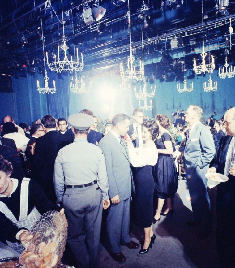 """Retirée un temps de la scène, c'est cependant le 12 Janvier 1958 que Shirley TEMPLE apparaît dans un épisode de la série télé """"Beauty and the beast"""" aux côtés de Charlton HESTON et Claire BLOOM. Photos signées Ralph CRANE."""