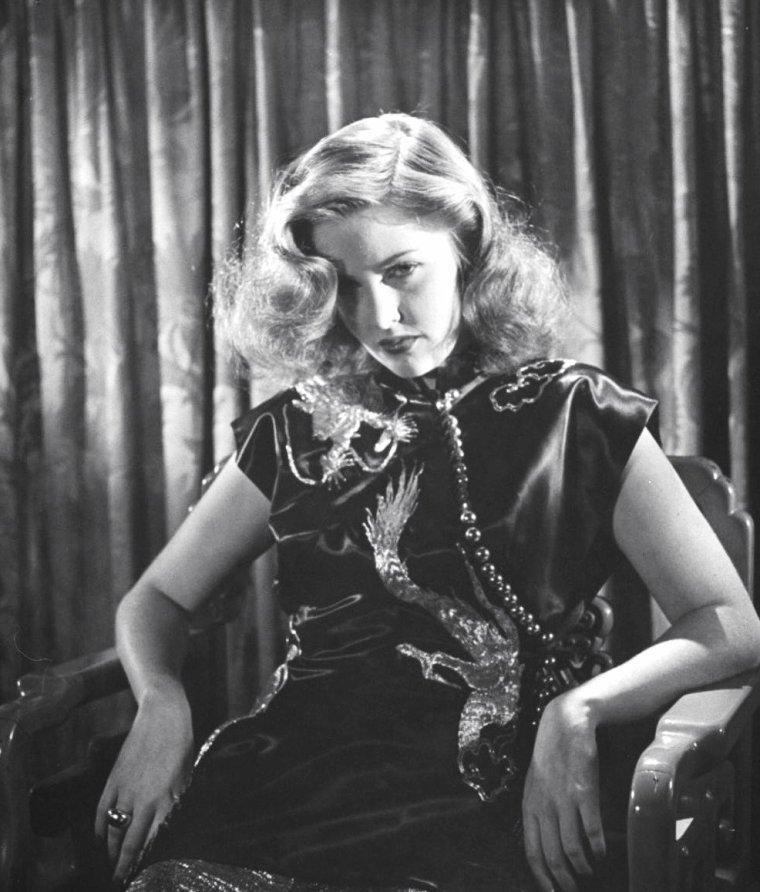 Martha VICKERS pose pour Bob LANDRY en Avril 1946.