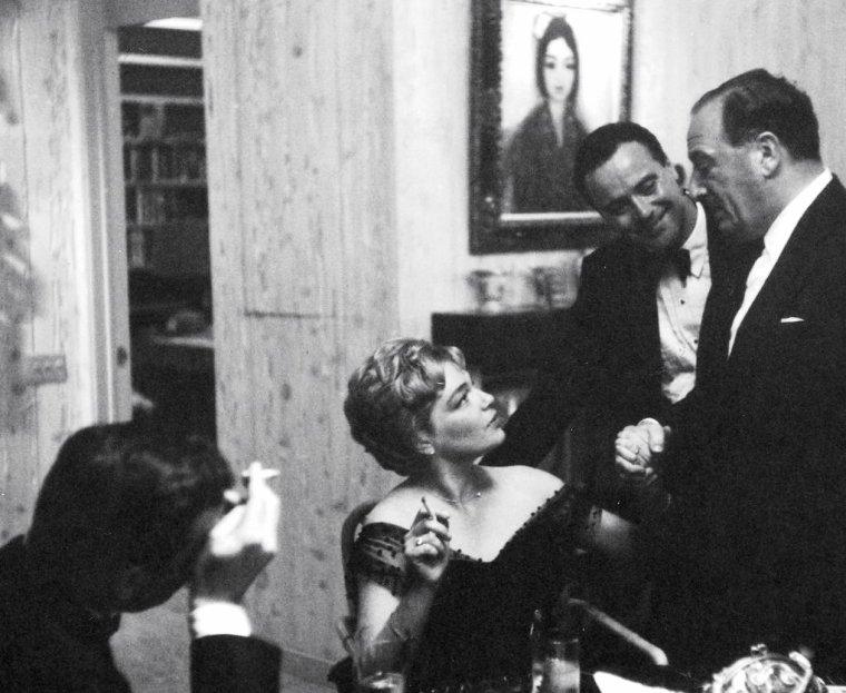 """Yves MONTAND et Simone SIGNORET en plein préparatifs au """"Beverly-Hills Hôtel"""" afin de se rendre à la 32ème cérémonie des Oscars où Simone est nominée, le 4 Avril 1960 ; le couple attendra ensuite dans la loge leur passage en compagnie du producteur Sam SIEGEL, Dean MARTIN ou encore Jack LEMMON."""