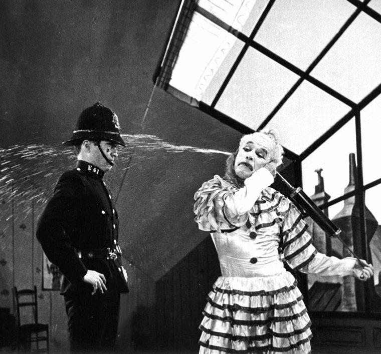 """En 1952, W Eugene SMITH photographie Charlie CHAPLIN dans la vie privée, notamment en famille avec femme et enfants, puis en pleine répétitions pour son film """"Limelight"""" (Les feux de la rampe) avec Claire BLOOM."""