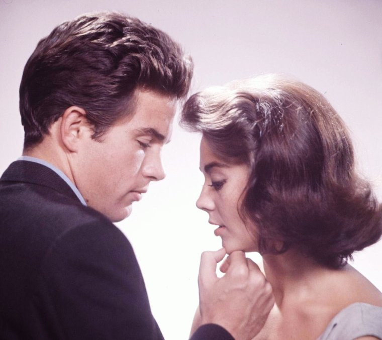 "Eliot ELISOFON photographie en 1961, Natalie WOOD et Warren BEATTY pour des photos publicitaires du film ""Splendor in the grass"" (La fièvre dans le sang) d'Elia KAZAN."