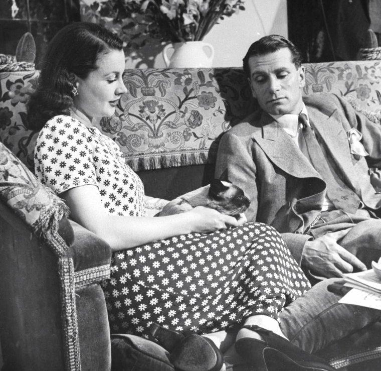 Laurence OLIVIER et sa femme Vivien LEIGH chez eux à Londres en Août 1946 sous l'objectif d'Hans WILD.