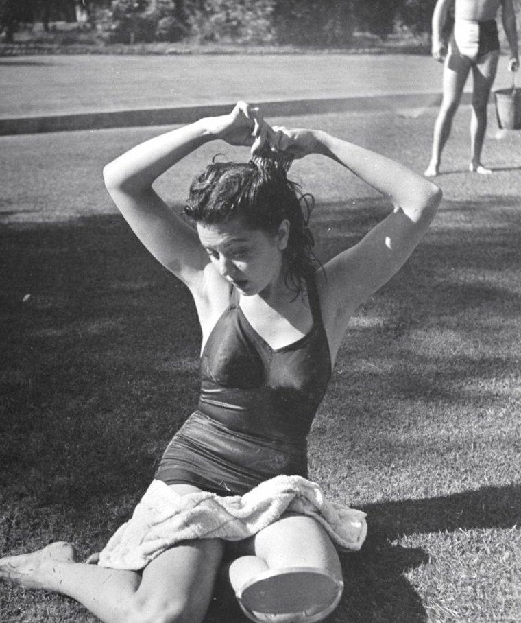 """""""Splash-Party"""" organisée chez John HUBBARD en Août 1940 à Beverly-Hills où ses amis s'en donnent à coeur joie, tels Ann RUTHERFORD (maillot foncé), Arleen WHELAN, Alexander D'ARCY ou Rand BROOKS. Les photos sont signées Peter STACKPOLE."""