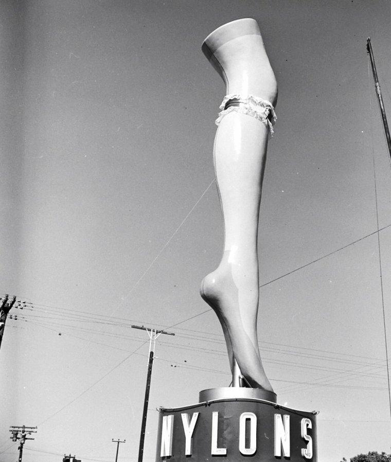 Le 8 Août 1949, Marie WILSON se trouve propulser dans les airs pour une publicité de bas nylons : le jeu consistant à décrocher la jarretière de la jambe en plastique géante à l'aide d'une grue, tout cela sous l'objectif d'Allan GRANT.