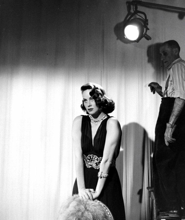 Alida VALLI en Février 1947 photographiée par Bob LANDRY. On peux voir sur la première photo Alfred HITCHCOCK venu saluer Alida.