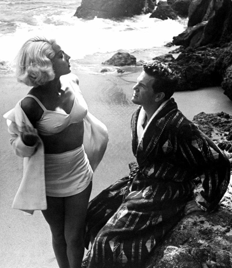 """John GARFIELD et Lana TURNER en Août 1945 lors du tournage du film """"The postman always rings twice"""" (Le facteur sonne toujours deux fois) de Tay GARNETT. Les photos sont signées Walter SANDERS à Laguna-beach."""