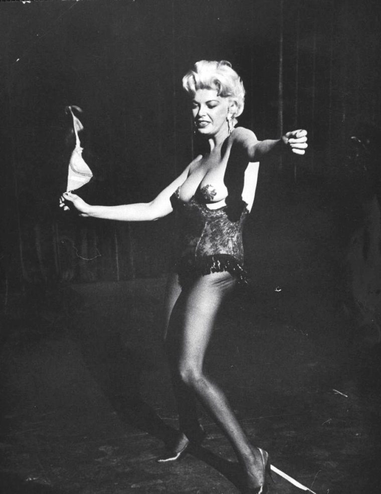 "Avril 1959, Barbara NICHOLS entame un strip-tease dans un épisode de la série T.V. ""The untouchables"". Photos de J R EYERMAN."
