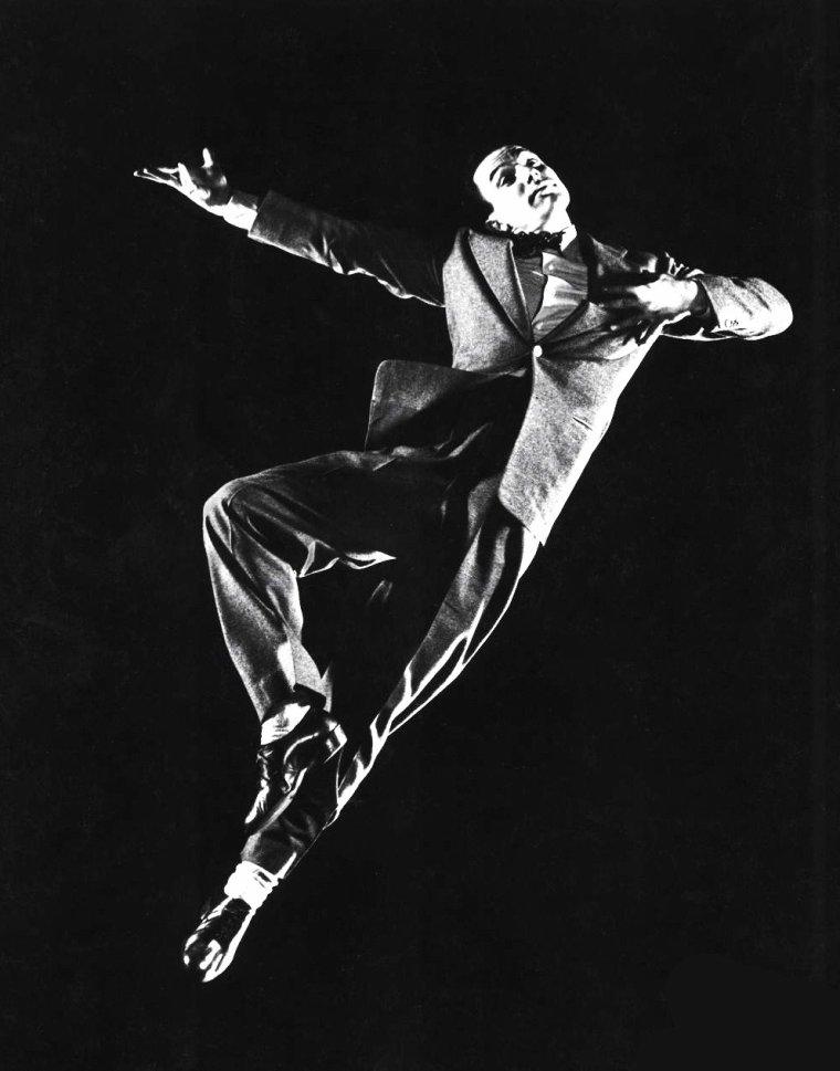 Gene KELLY exécute de multiples poses de danse sous l'objectif de Gjon MILI en 1944.