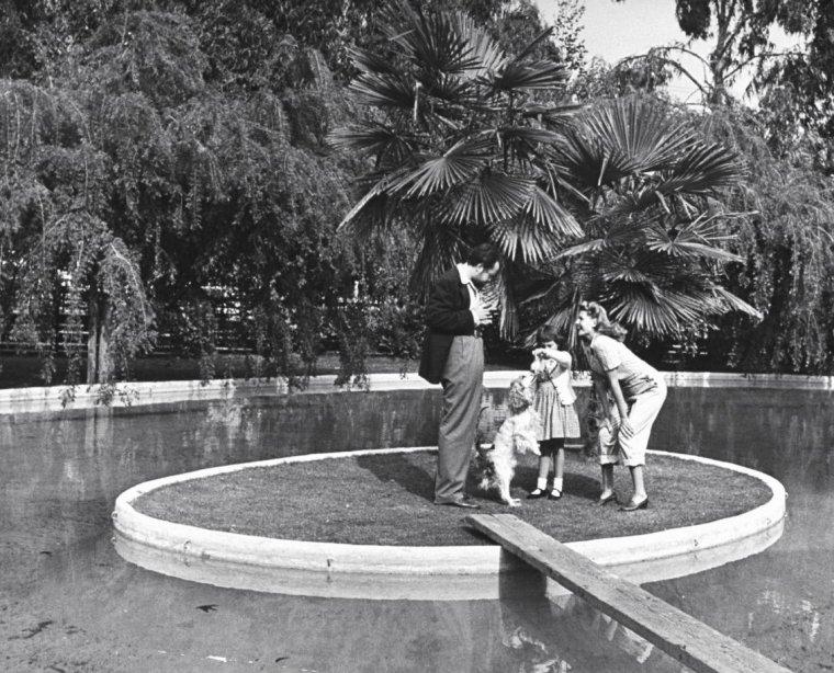 Orson WELLES, ses enfants d'un premier mariage et sa nouvelle femme Rita HAYWORTH en Avril 1945 sous l'objectif de Peter STACKPOLE. Fernando LOPEZ donne quelques cours de tauromachie à Rita.