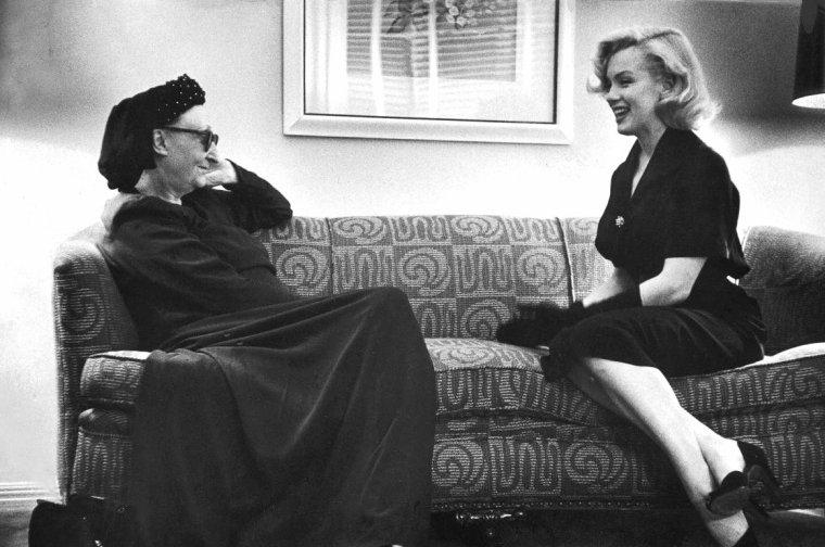 Dame Edith SITWELL discutant avec Marilyn MONROE en 1953 sous l'oeil de George SILK.