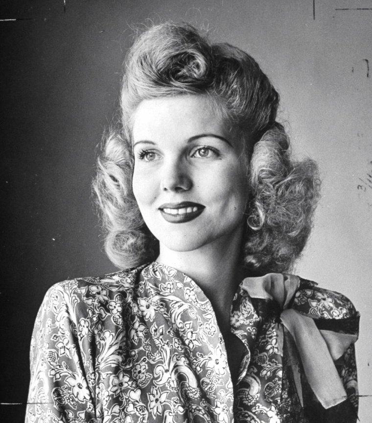 """New-York 1943, Milton BERLE, notamment avec sa femme l'actrice Joyce MATTHEWS, en plein spectacle dans un numéro des """"Ziegfeld Follies"""". Photos signées Alfred EISENSTAEDT."""