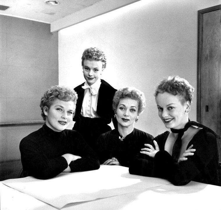 Denise DARCEL, Peggy Ann GARNER, Ann SOTHERN et Faye EMERSON posent avec la même coiffure en 1952 pour Nina LEEN.