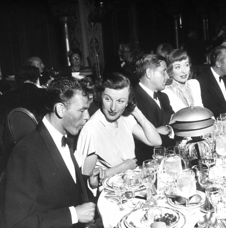 Mars 1948, le tout Hollywood se presse à l'occasion d'un diner donné en l'honneur de Louella PARSONS... On peut y voir, de haut en bas, Louella PARSONS / Greer GARSON / Loretta YOUNG, Rosalind RUSSELL et Fred BRISSON / Frank et Nancy SINATRA, Howard STRIKLING et Greer GARSON / Louis B MAYER et Irene DUNNE / Ronald COLMAN et Claudette COLBERT / William Ross HOWARD et Dorothy LAMOUR / Dick POWELL, Ben GAGE et Esther WILLIAMS. Photos signées Peter STACKPOLE.