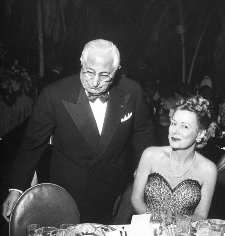 Mars 1948, le tout Hollywood se presse à l'occasion d'un diner donné en l'honneur de Louella PARSONS... On peut y voir, de haut en bas, Louella PARSONS / Greer GARSON / Loretta YOUNG, Rosalind RUSSELL et Fred BRISSON / Frank et Nancy SINATRA, Howard STRIKLING et Greer GARSON / Louis B MAYER et Irene DUNNE / Ronald COLMAN et Claudette COLBERT / William Ross HOWARD et Dorothy LAMOUR / Dick POWELL, Ben GAGE et Esther WILLIAMS. Photos signées Peter STACKPOLE.