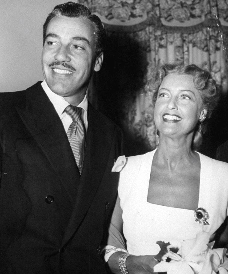 """1948, Jeanette MacDONALD, sa fille et Cesar ROMERO sont conviés lors d'une réception en leur honneur suivie d'une suite de récitals donnés au """"Hollywood-Bowl""""."""