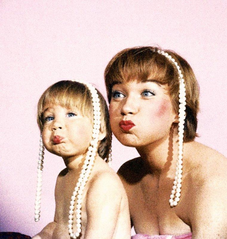 """""""Telle mère, telle fille"""" : Shirley MacLAINE et sa fille Sachi PARKER, deux ans et demi, posent similairement pour Allan GRANT en 1959."""