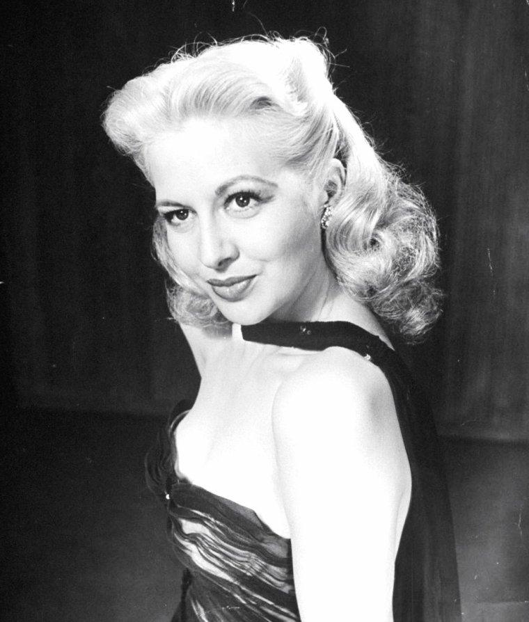 """Marilyn MAXWELL chantant """"Rum and coca-cola"""" en Février 1945 sous l'objectif de Bob LANDRY."""