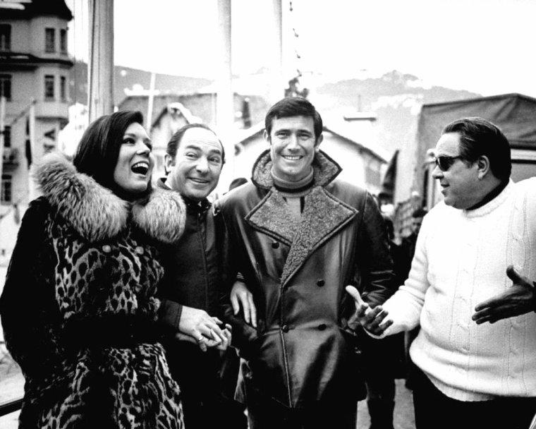 """Diana RIGG et George LAZENBY sur le tournage du film """"Au service secret de sa majesté"""" en Suisse, un James-Bond réalisé par Peter HUNT en Avril 1969 où le célèbre agent secret est interprété par LAZENBY (le seul des films de la série). Photos signées Terence SPENCER."""