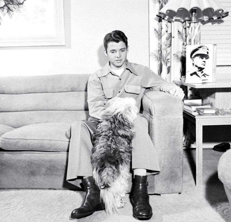 Audie MURPHY, son chien et la photo du Général MacARTHUR posant pour Loomis DEAN en Mars 1948.