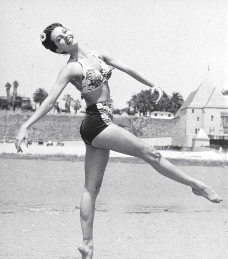 Cyd CHARISSE en Septembre 1945 à Santa-Monica beach photographiée par Peter STACKPOLE.
